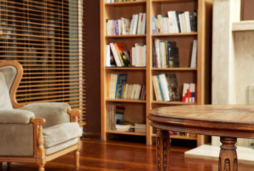 bunter blickfang mit b chern w nde dekorieren. Black Bedroom Furniture Sets. Home Design Ideas